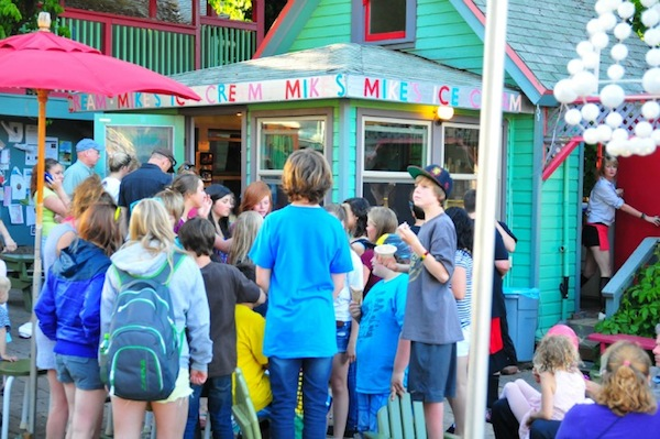 Mikes-Ice-Cream-downtown-Hood-River- traveloregon.com