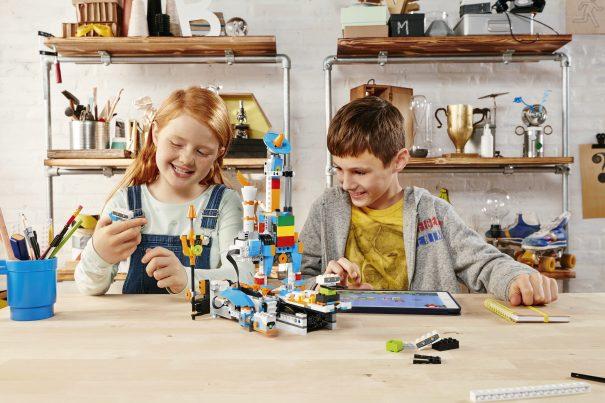 lego_boost_foto1_kidsplaying_toyfair2017_redtricycle